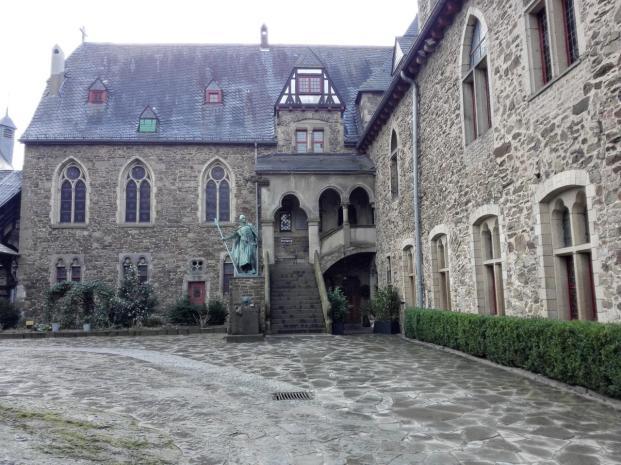 Innenhof der eigentlichen Festungsanlage mit dem Standbild Adolfs I., Begründer der Grafschaft Berg