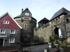 Batterieturm und Zugang zur Burganlage