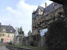 Vorplatz mit Reiterstandbild des Grafen Engelbert II. von Berg