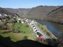Blick auf einen Abschnitt der Our-Schleife beim Dorf Bivels