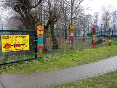 Hübsche Zaundekoration an der Grundschule in Höchst