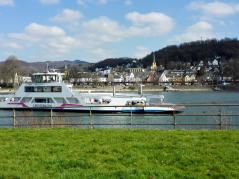 Auto- und Personenfähre zwischen Kripp und Linz