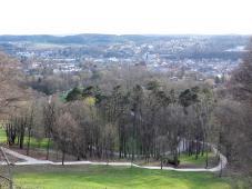 Blick von der Veste durch den Hofgarten hinunter auf die Altstadt von Coburg