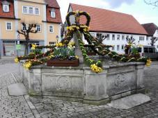 Österlich geschmückter Dorfbrunnen