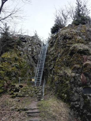 Eine steile Treppe führt hinauf auf die Spitze des Großen Hermannsfelsen