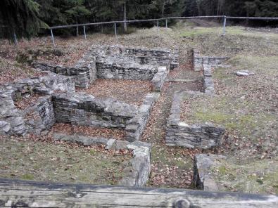 Die verbliebenen Fundamente der einstigen Jagdhütte auf dem Kickelhahn