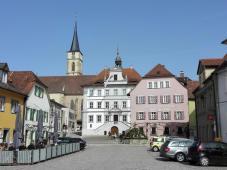 Marktplatz mit Stadtpfarrkirche St. Veit, Rathaus und Marienbrunnen