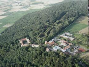 Luftbildaufnahme von Schloss Schwanenburg, dem angeschlossenen Kloster mit Nebengebäuden und der Parkanlage