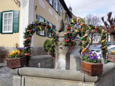 Der Dorfbrunnen von Seßlach, österlich geschmückt
