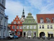 Häuser am Markt, Im Hintergrund der Dom St. Nikolai.