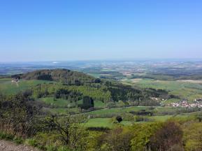 """Blick über die Rhön. Im Hintergrund der weiße Kaliberg """"Monte Kali"""" bei Heringen an der Werra"""