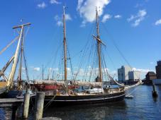 Historischer Zweimaster im Museumshafen