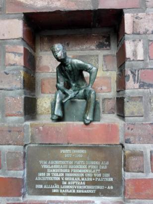 """Denkmal für den Architekten Fritz Hoeger in einer Wandnische am von ihm erbauten Gebäude für das ehemalig """"Hamburger Fremdenblatt"""""""