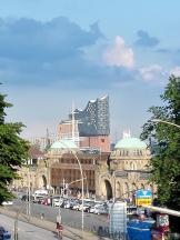 Hamburg: Blick von St. Pauli hinunter auf die Landungsbrücken und in den Hafen