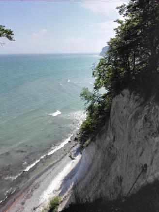 Steil geht es an der Abbruchkante hinab ins Meer