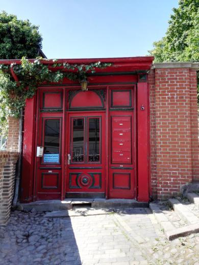 Hausportal im Stil einer englischen Telefonzelle