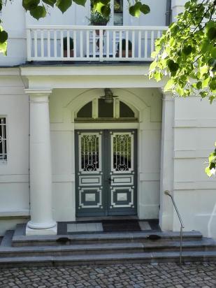 Prächtige Haustür an einer Seevilla