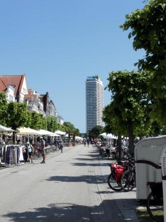 Am Ende der Strandpromenade: Das Maritim-Hotel, höchstes Hochhaus an der deutschen Ostseeküste