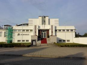Das alte Kurhaus im Bauhaus-Stil der 1930er Jahre