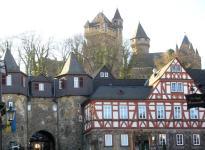 Solmser Hof, unteres Burgtor und Blick zum Schloss (Foto: Ulrich Mayring   http://commons.wikimedia.org   Lizenz: CC BY-SA 3.0 DE)
