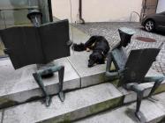 Doxi mit zwei eifrigen Lesern vor der Stadtbibliothek