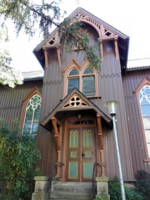 Seitenportal der ehemaligen Kirche