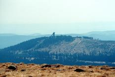Blick vom Brocken hinüber zum Wurmberg (Foto: Dguendel   http://commons.wikimedia.org   Lizenz: CC BY-SA 3.0 DE)
