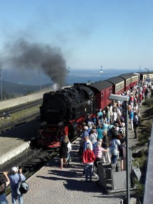 Die Brockenbahn erreicht die Gipfelstation