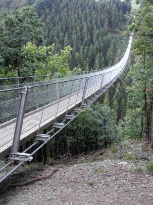 Die Brücke ist 360 m lang und wiegt 62 Tonnen