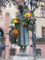 Das meistgeküsste Mädchen der Welt: Die Göttinger Gänseliesel vor dem Alten Rathaus (Foto: Daniel Schwen | http://commons.wikimedia.org | Lizenz: CC BY-SA 3.0 DE)