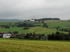 Blick über die Felder zur Marienwallfahrtskirche Weißenregen