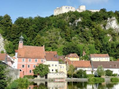 Blick über die Naab nach Kallmünz und hinauf zur Burg