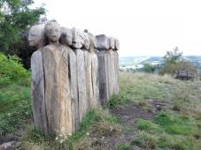 Holzskulpturen vor der Burg
