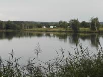 Wir stehen auf dem Damm, der den Steinberger See vom Knappensee trennt