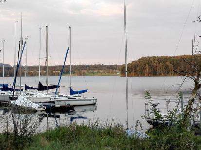 Viele Boote liegen am See