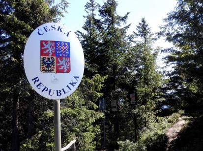Gleich neben dem Gipfel verläuft die Grenze zwischen Deutschland und Tschechien