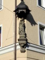 Viele Häuser werden durch Heiligenfiguren geschützt