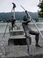 Skulptur an der Donau gegenüber dem Verkehrsflughafen von Vilshofen