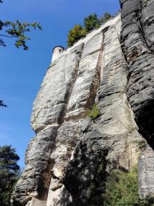 Trotz Verwitterungsmerkmalen sehr robust: Die Felsen des Elbsandsteingebirges