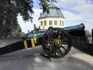 Festungsmauer auf der Ostseite mit der Friedrichsburg