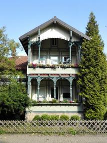 Typische Holzarchitektur aus der Gründerzeit