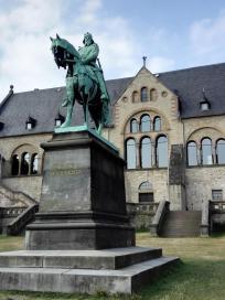 Figur von Kaiser Barbarossa vor der Kaiserpfalz