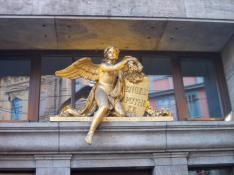 """Goldener Engel am Portal der Apotheke """"Zum Weißen Engel"""" (Foto: Jwaller   http://commons.wikimedia.org   Lizenz: CC BY-SA 3.0 DE)"""