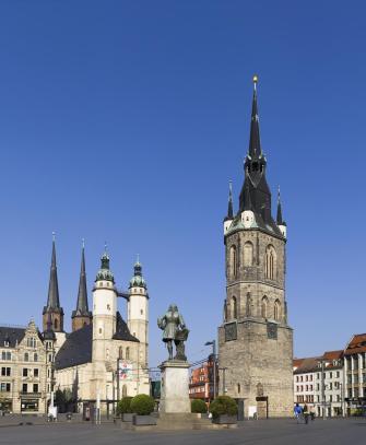 Der Marktplatz in Halle mit Marienkirche, Händeldenkmal und Rotem Turm (Foto: Omit234 | http://commons.wikimedia.org | Lizenz: CC BY-SA 3.0 DE)