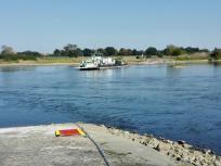 Die Fähre auf dem Weg ans andere Ufer, die Spitze stromaufwärts gerichtet