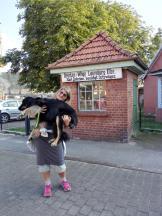 Jutta mit Doxi auf der alten Waage vor der Elbbrücke