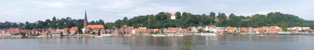 Panorama von Lauenburg, vom anderen Elbufer aus gesehen (Foto: Holger Ellgaard | http://commons.wikimedia.org | Lizenz: CC BY-SA 3.0 DE)