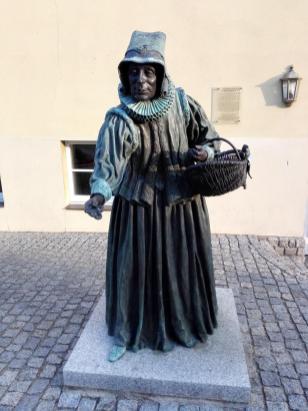 Figur der Brezeltante Ana Grieben vor dem Rathaus