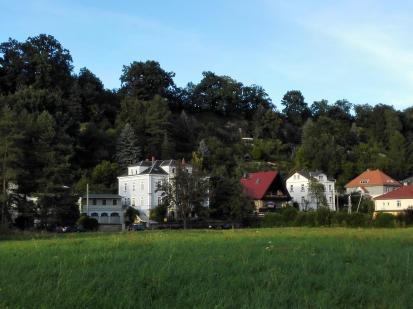 Im Elbtal: Hinter den Häusern geht es gleich steil nach oben.