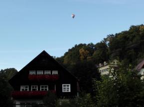 Ein Heißluftballon steigt auf